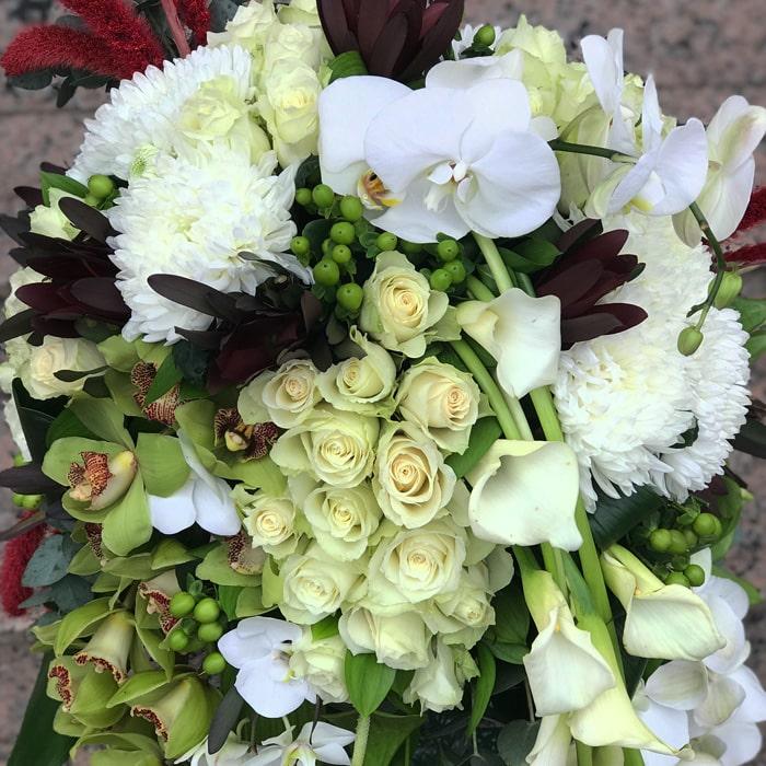Beyaz Güller ve Orkideler
